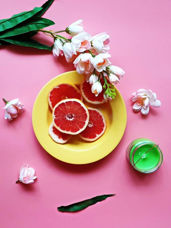Το κόκκινο γκρέιπφρουτ τεμαχίζει καρύδων εσπεριδοειδούς μήλων το juicy πιάτο φλυτζανιών πιάτων πολτού πράσινο μπλε κόκκινο κίτριν στοκ εικόνες