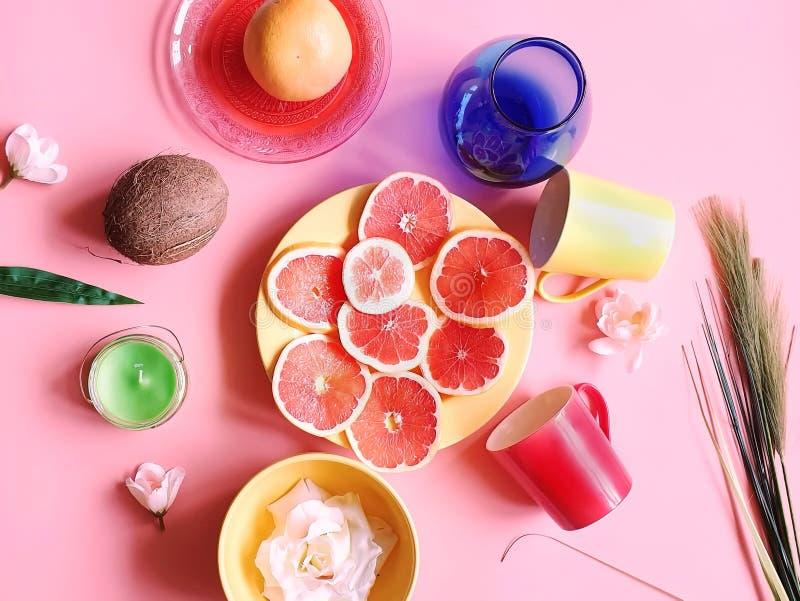 Το κόκκινο γκρέιπφρουτ τεμαχίζει καρύδων τα κίτρινα εσπεριδοειδούς μήλων juicy υγιή τρόφιμα πιάτων φλυτζανιών πιάτων πολτού πράσι στοκ εικόνες