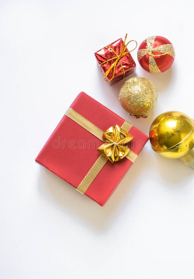 Το κόκκινο κιβώτιο δώρων έδεσε τη λαμπρή χρυσή κορδέλλα που απομονώθηκε με στοκ εικόνες