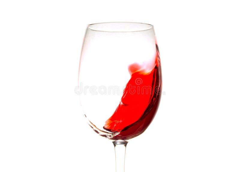 Το κόκκινο κρασί στο γυαλί απομόνωσε, ράντισμα, παφλασμός, κύμα του κόκκινου κρασιού κοντά που απομονώθηκε επάνω στοκ φωτογραφία με δικαίωμα ελεύθερης χρήσης