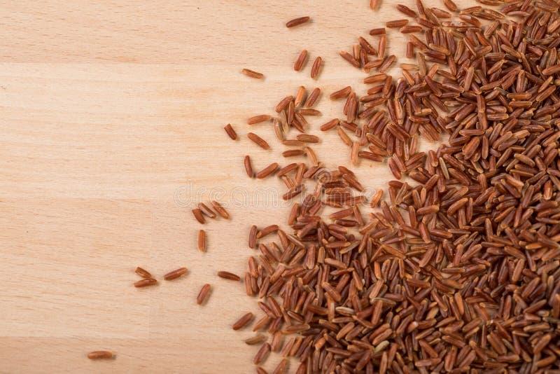 Το κόκκινο ξεφλουδισμένο ρύζι της Jasmine είναι άψητο, μεγάλων κόκκων, ακατέργαστο και μια ειδικότητα από την Καμπότζη Ασία στοκ φωτογραφία