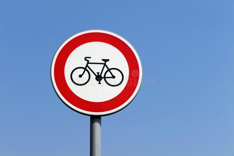 Το κόκκινο στρογγυλό σημάδι που απαγορεύει την είσοδο των ποδηλατών στοκ εικόνα με δικαίωμα ελεύθερης χρήσης