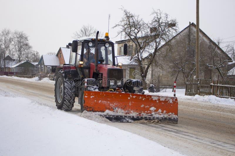 Το κόκκινο τρακτέρ καθαρίζει το δρόμο από snow1 στοκ φωτογραφίες με δικαίωμα ελεύθερης χρήσης