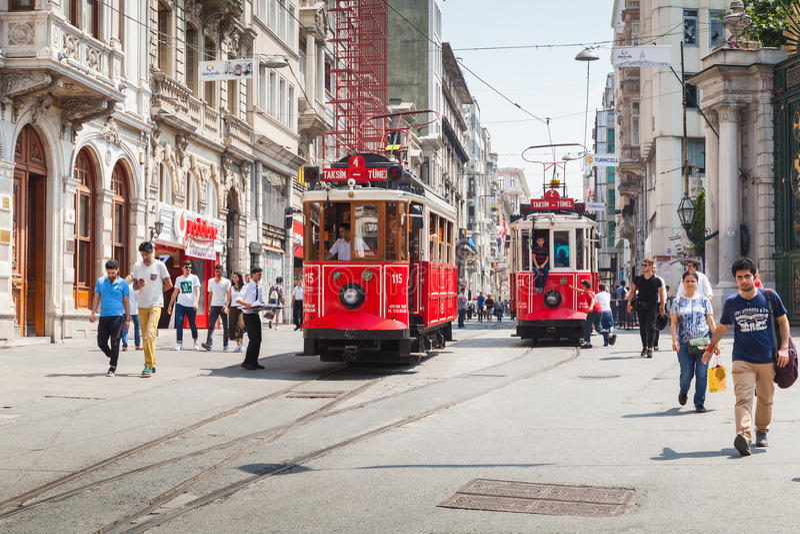Το κόκκινο τραμ πηγαίνει σε Istiklal σε Taksim, Istanul στοκ εικόνες