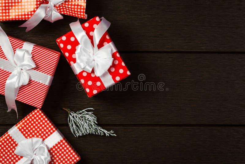 Το κόκκινο υπόβαθρο κιβωτίων δώρων Χριστουγέννων διακοπών, τοπ άποψη γιορτάζει το βισμούθιο στοκ φωτογραφίες με δικαίωμα ελεύθερης χρήσης