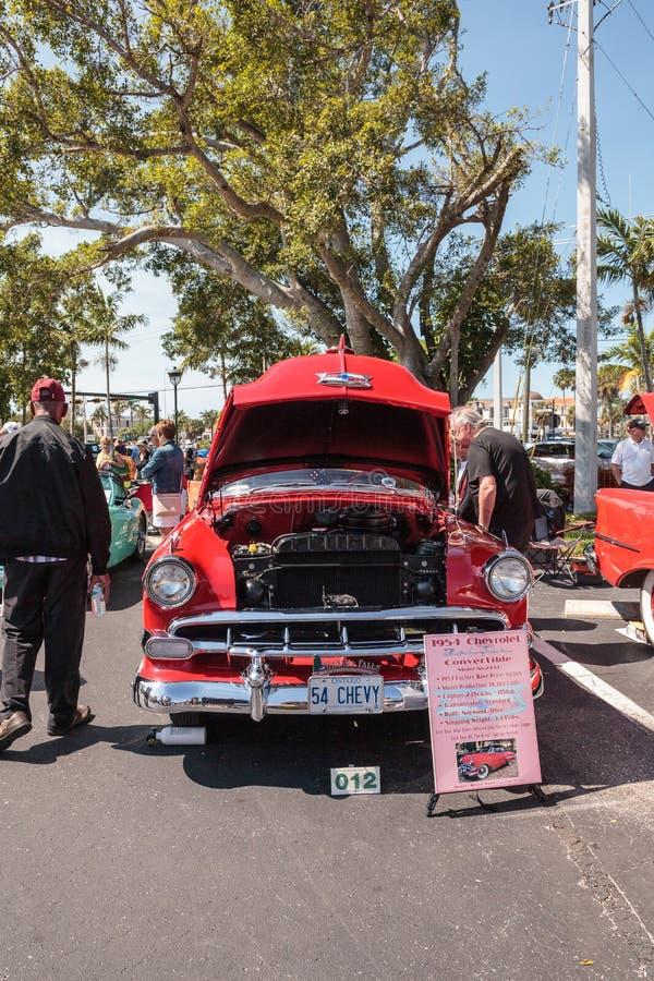 Το κόκκινο το 1954 Chevrolet Bel Air μετατρέψιμο στο 32$ο ετήσιο κλασικό αυτοκίνητο αποθηκών της Νάπολης παρουσιάζει στοκ εικόνες