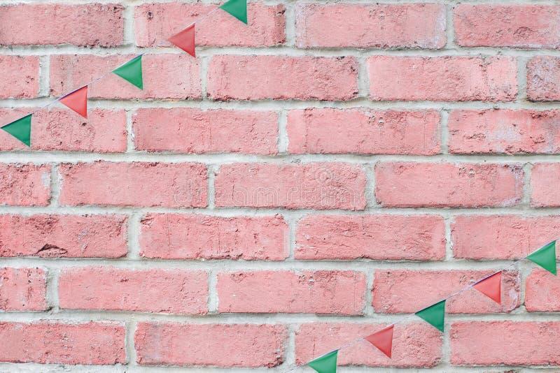 Το κόμμα Χαρούμενα Χριστούγεννας σημαιοστολίζει την ένωση υφάσματος στο εκλεκτής ποιότητας υπόβαθρο τουβλότοιχος κρητιδογραφιών ρ στοκ εικόνες με δικαίωμα ελεύθερης χρήσης
