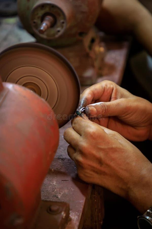 Το κόσμημα Smith γυαλίζει ένα δαχτυλίδι λάού λάζουλι λάπις λάζουλι σε μια στίλβωση machin στοκ φωτογραφία με δικαίωμα ελεύθερης χρήσης