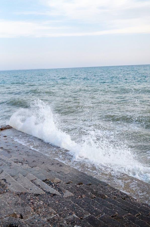 Το κύμα θάλασσας κτυπά για την κυματωγή σε μια θύελλα στοκ εικόνες με δικαίωμα ελεύθερης χρήσης