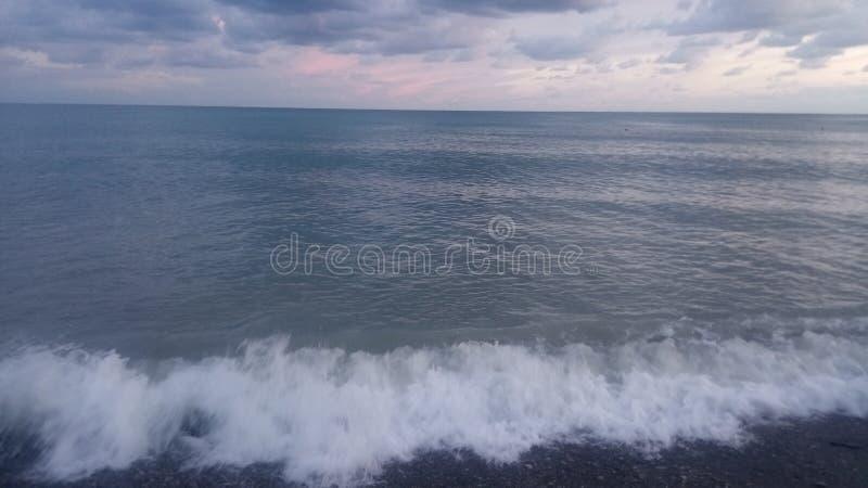 Το κύμα στα πίσω τρεξίματα θάλασσας επάνω στην ακτή στοκ φωτογραφία με δικαίωμα ελεύθερης χρήσης