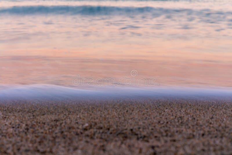 το κύμα Χρώματα ανατολής που απεικονίζονται στο θαλάσσιο νερό στοκ φωτογραφίες με δικαίωμα ελεύθερης χρήσης
