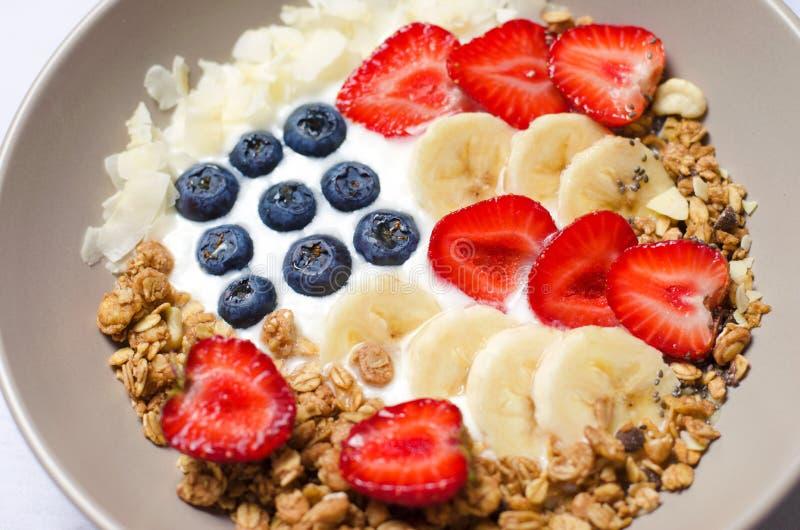 Το κύπελλο του σπιτικού granola με το γιαούρτι και τα φρέσκα μούρα με μορφή των ΗΠΑ σημαιοστολίζουν, εύγευστο υγιές πρόγευμα στοκ εικόνες με δικαίωμα ελεύθερης χρήσης