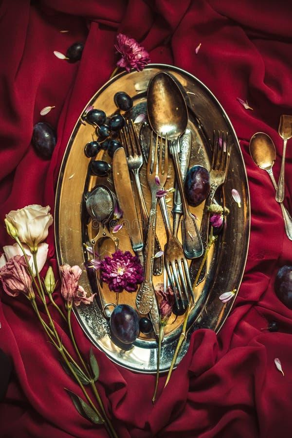 Το κύπελλο φρούτων με τα σταφύλια και τα δαμάσκηνα στο ασημένιο πιάτο στοκ φωτογραφίες
