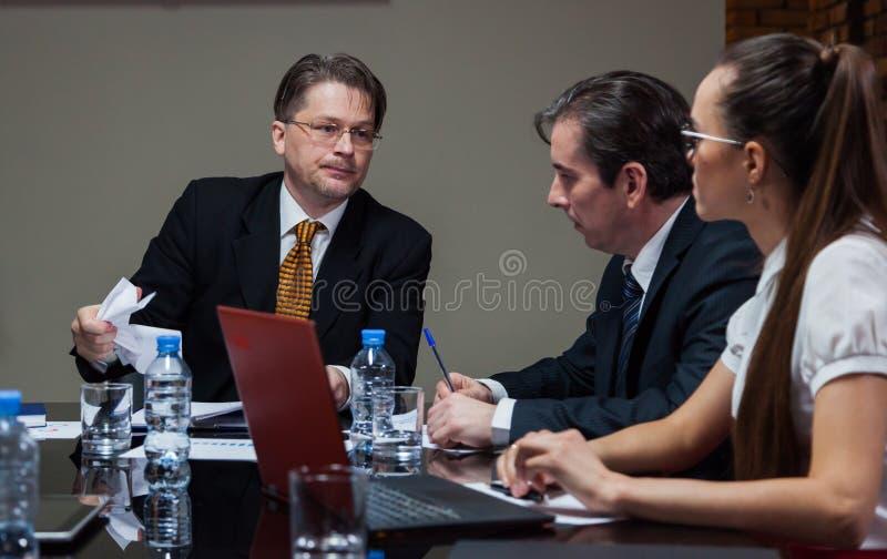 Το κύριο κοίταγμα με τους υπαλλήλους στοκ εικόνες με δικαίωμα ελεύθερης χρήσης