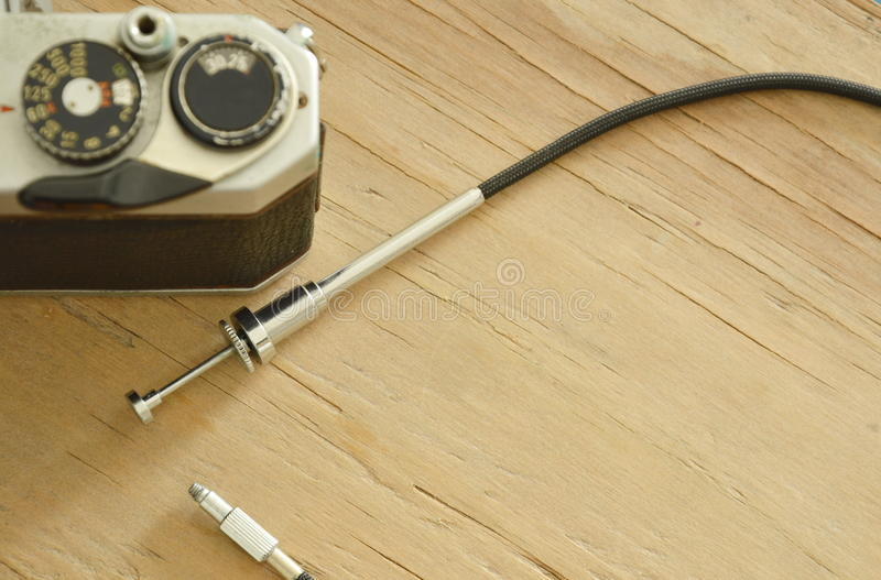 Το κλασικό καλώδιο παραθυρόφυλλων που απελευθερώνονται και ο ενιαίος φακός απεικονίζουν τη κάμερα ταινιών στοκ εικόνες