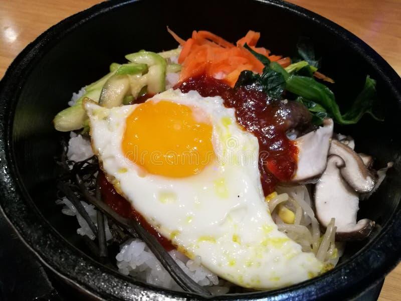 Το κλασικό της Κορέας τροφίμων φυτικό δοχείο πετρών Bibimbap καυτό, καρότο ρυζιού, σπανάκι, μανιτάρι, αγγούρι, φύκι, τηγάνισε το  στοκ εικόνες