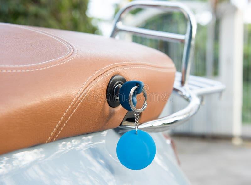 Το κλειδί στην εκλεκτής ποιότητας μοτοσικλέτα στοκ φωτογραφίες