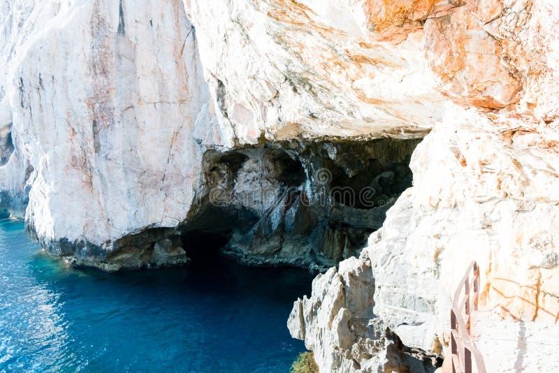 Το κλιμακοστάσιο που οδηγεί στον Ποσειδώνα ` s Grotto, στους απότομους βράχους Capo Caccia, κοντά σε Alghero, στη Σαρδηνία, Ιταλί στοκ εικόνες