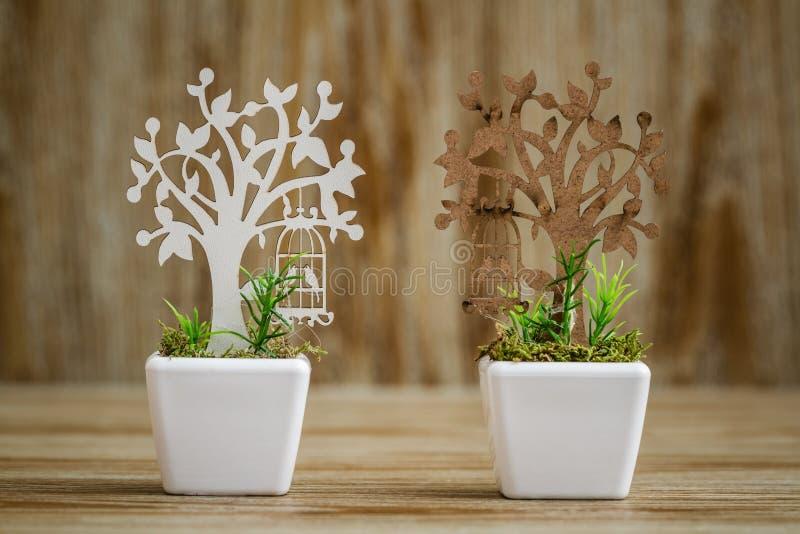 Το λέιζερ έκοψε τους ξύλινους καλλωπισμούς δέντρων στο άσπρο λουλούδι Π πορσελάνης στοκ εικόνες με δικαίωμα ελεύθερης χρήσης
