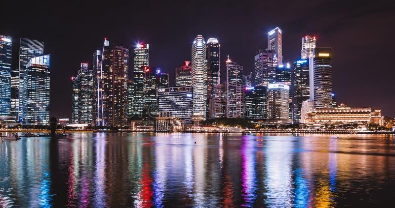 Το λέιζερ νύχτας παρουσιάζει στη Σιγκαπούρη στοκ φωτογραφίες