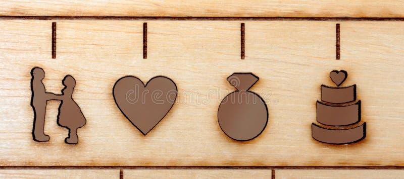 το λέιζερ χάραξε τα σύμβολα του γάμου, της νύφης, του νεόνυμφου, της καρδιάς, του δαχτυλιδιού και του κέικ στοκ εικόνες με δικαίωμα ελεύθερης χρήσης