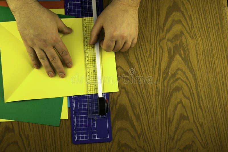 Το λαγουδάκι εγγράφου για Πάσχα, χέρια κάνει το origami από το χρωματισμένο έγγραφο, αντίγραφο-κόλλα μαθήματος origami στοκ εικόνα