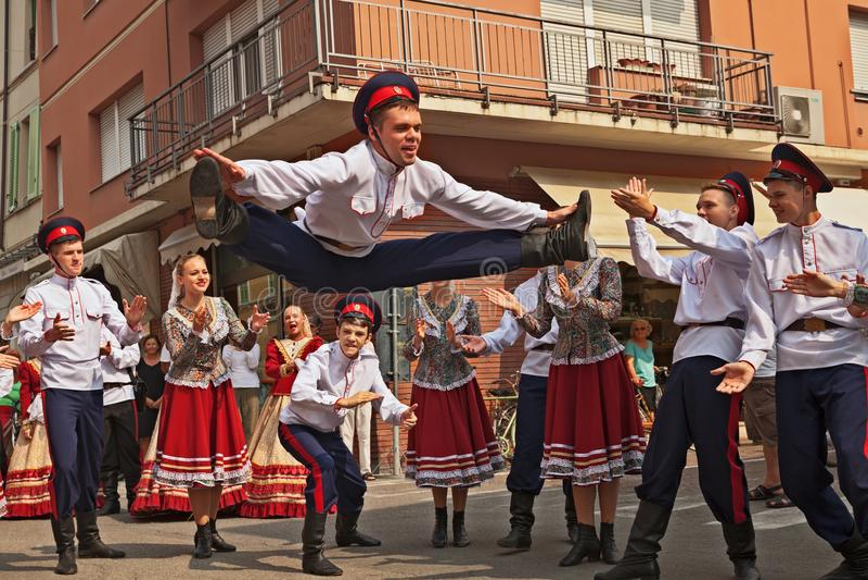 Το λαϊκό σύνολο χορού από τη Ρωσία εκτελεί τον παραδοσιακό χορό στοκ εικόνες