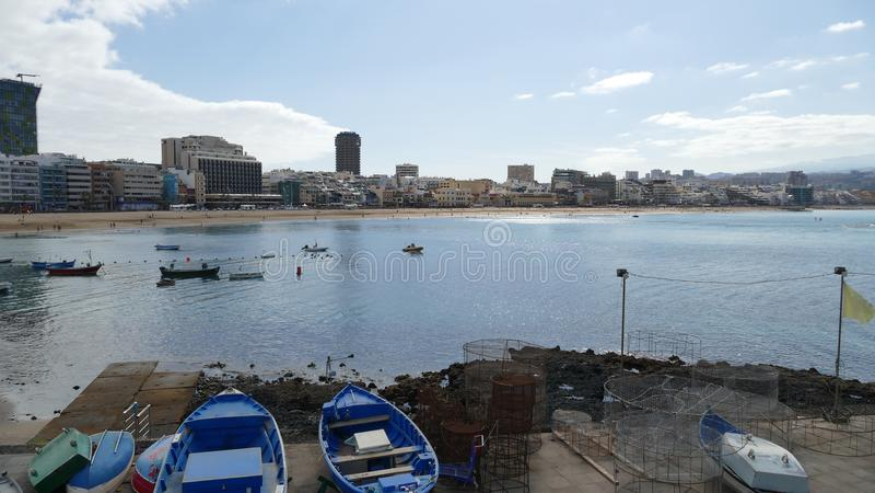 Το Λα Cantera - παραλία στο Las Palmas - θλγραν θλθαναρηα - την Ισπανία, αλιευτικά σκάφη και στο πρώτο πλάνο στοκ εικόνες