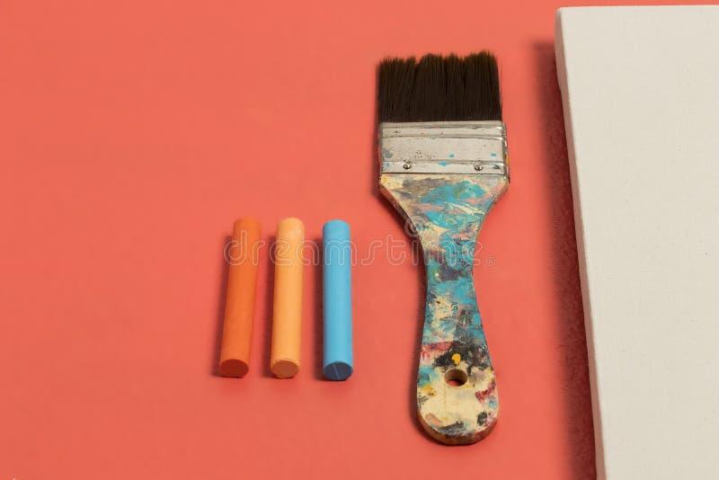 Το λεκιασμένο πινέλο με τα μπλε και μπεζ χρώματα ζει άσπρος καμβάς υποβάθρου χρώματος κοραλλιών και πορτοκαλιά μπλε χρώματα κρητι στοκ εικόνα
