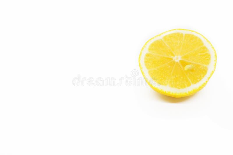 Το λεμόνι κόβεται στις φέτες, η διαδικασία τα πιάτα λεμονιών, juicy κομμάτια των τροπικών φρούτων, διαιτητικά φρούτα, υγιή τρόφιμ στοκ φωτογραφίες