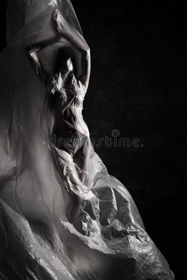Το λεπτό κορίτσι έντυσε μόνο στην τοποθέτηση εσώρουχων συναισθηματικά, που τυλίχτηκε στον κυματισμό στον αέρα και την εγκατάσταση στοκ εικόνες