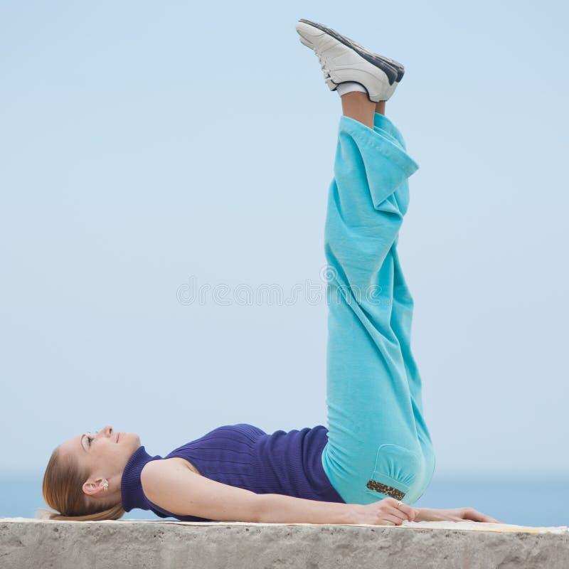 Το λεπτό κορίτσι κάνει τις ασκήσεις πρωινού στοκ εικόνες με δικαίωμα ελεύθερης χρήσης