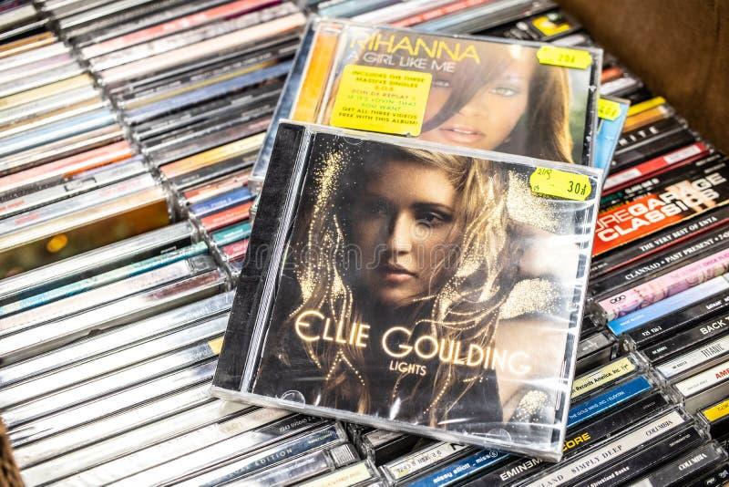 Το λεύκωμα του CD της Ellie Goulding ανάβει το 2010 στην επίδειξη για την πώληση, το διάσημους αγγλικούς τραγουδιστή και τον τραγ στοκ φωτογραφία