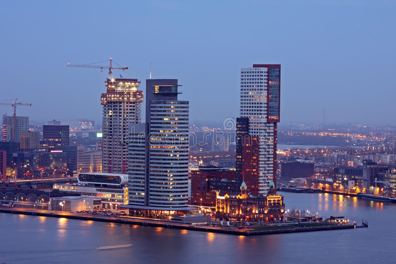 Το λιμάνι από το Ρότερνταμ τή νύχτα στις Κάτω Χώρες στοκ φωτογραφία