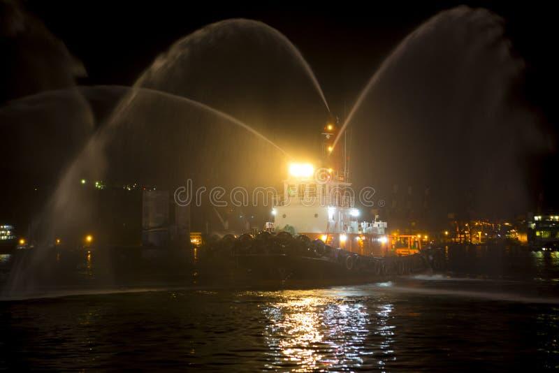 Το λιμάνι της Ταϊβάν Keelung, ρυμουλκώντας σκάφη, σφυρίζει τον ψεκασμό που η υδάτινη στήλη, γιορτάζει το φεστιβάλ, στοκ εικόνα με δικαίωμα ελεύθερης χρήσης