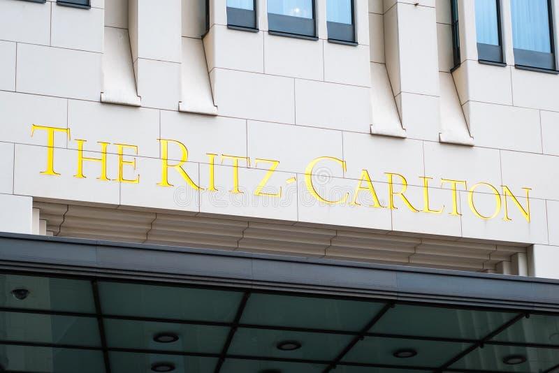 Το λογότυπο Ritz Carlton στο εξωτερικό οικοδόμησης του Ritz Carl στοκ φωτογραφία με δικαίωμα ελεύθερης χρήσης