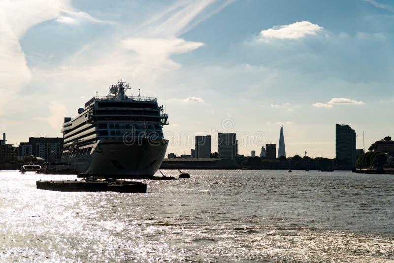 Το Λονδίνο στέλνει τον ποταμό του Τάμεση στοκ εικόνα