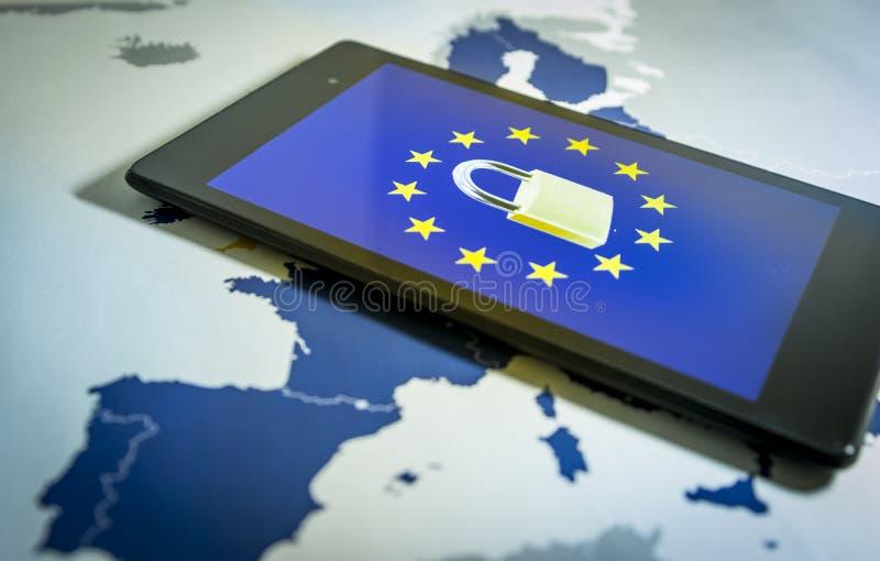 Το λουκέτο και η ΕΕ σημαιοστολίζουν μέσα σε ένα smartphone και το χάρτη της ΕΕ, μεταφορά GDPR στοκ εικόνες