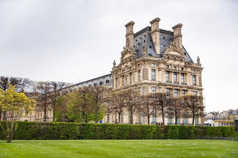 Το Λούβρο που αντιμετωπίζεται Γαλλία από Jardin des Tuileries στο Παρίσι, στοκ εικόνα με δικαίωμα ελεύθερης χρήσης