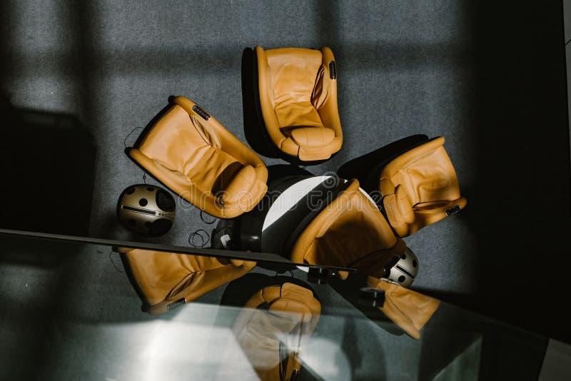 Το λόμπι εξοπλίζει με τους καναπέδες μασάζ για το guestshadow στο πάτωμα και την αντανάκλαση στον καθρέφτη Ι στοκ εικόνες με δικαίωμα ελεύθερης χρήσης