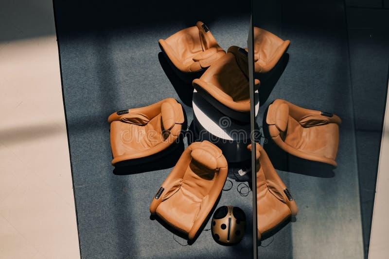 Το λόμπι εξοπλίζει με τους καναπέδες μασάζ για το guestshadow στο πάτωμα και στοκ εικόνες