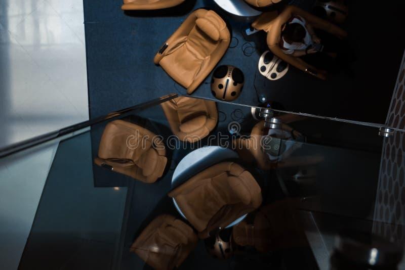 Το λόμπι εξοπλίζει με τους καναπέδες μασάζ για το guestshadow στο πάτωμα και στοκ φωτογραφίες
