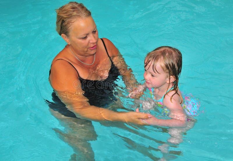 το μάθημα grandma κολυμπά στοκ φωτογραφία με δικαίωμα ελεύθερης χρήσης