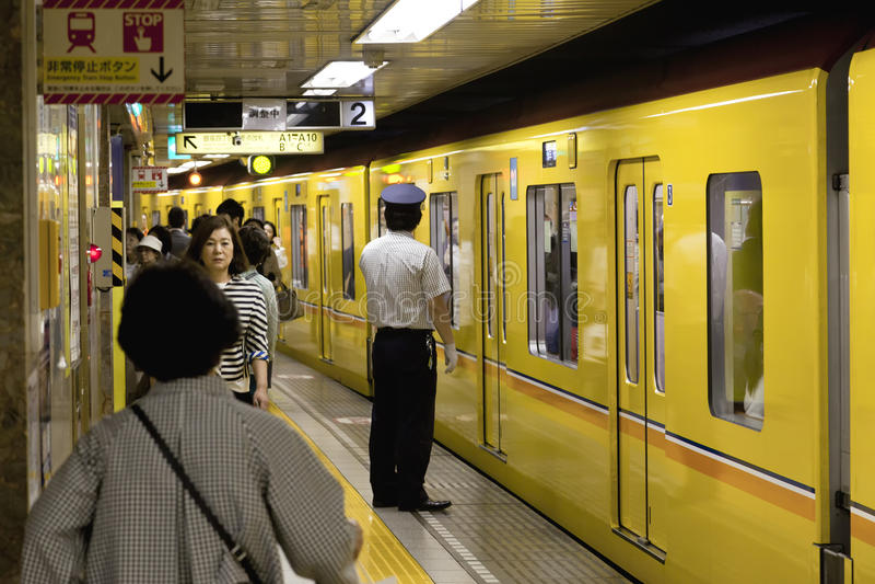 ΤΟ ΜΆΙΟ ΤΟΥ 2016 ΤΟΥ ΤΟΚΙΟ CIRCA: Επιβάτες που ταξιδεύουν με το μετρό του Τόκιο Επιχειρηματίες που ανταλάσσουν στην εργασία από τ στοκ φωτογραφία με δικαίωμα ελεύθερης χρήσης