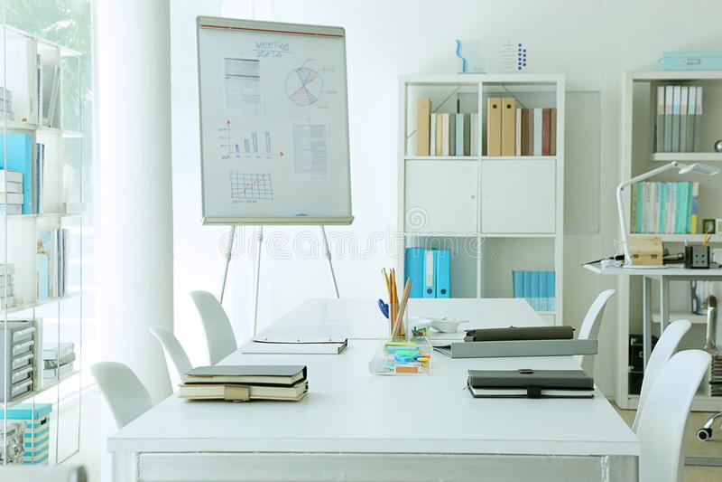 Το μάρκετινγκ αναλύει το διάγραμμα στην αίθουσα συνεδριάσεων στοκ εικόνες