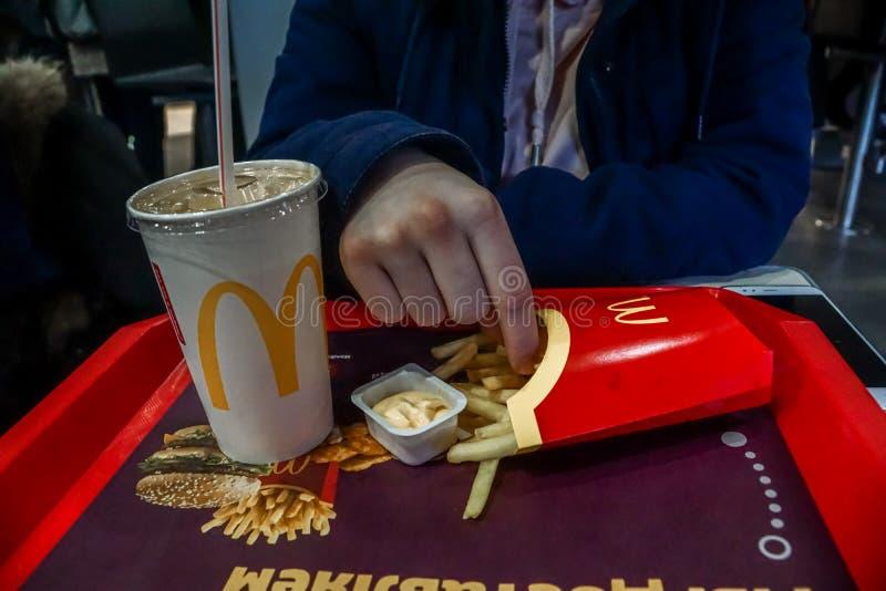 Το Μάρτιο του 2019 της Ρωσίας, Μόσχα Τρόφιμα Macdonalds που τρώνε την κινηματογράφηση σε πρώτο πλάνο στοκ φωτογραφία με δικαίωμα ελεύθερης χρήσης