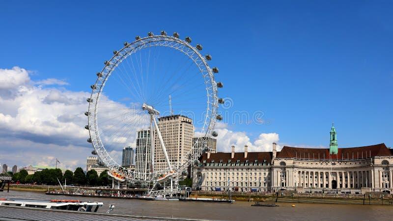 Το μάτι του Λονδίνου μπροστά από την αίθουσα πόλεων στοκ φωτογραφίες