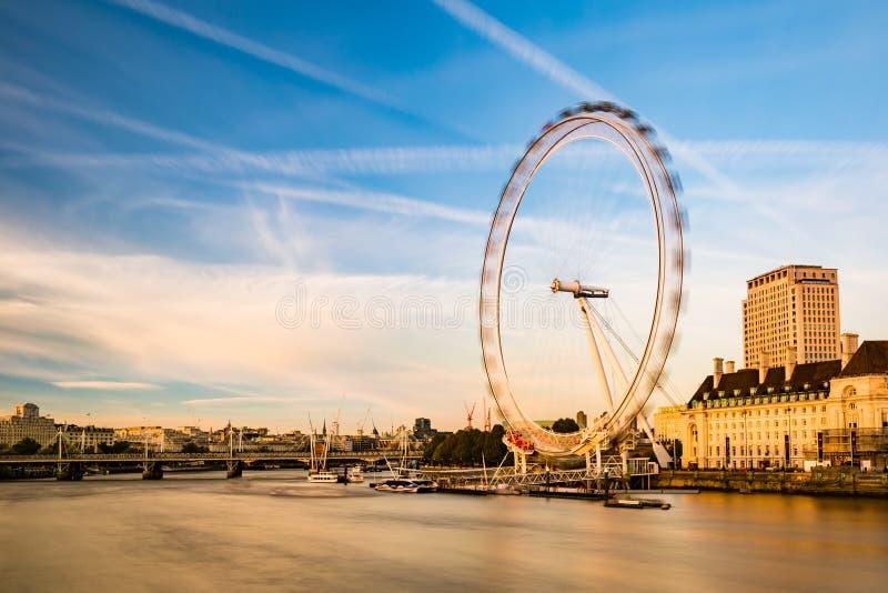 Το μάτι του Λονδίνου κατά τη διάρκεια του ηλιοβασιλέματος στοκ φωτογραφία