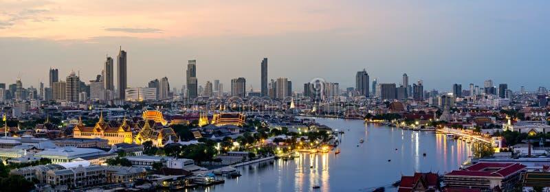 Το Μέγα Παλάτι Πρωτεύουσα της Ταϊλάνδης Με τον ποταμό Chao Fáya Που περιβάλλει το νησί Rattanakosin στοκ φωτογραφία