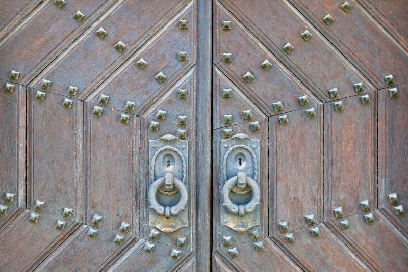 Το μέταλλο διακόσμησε την παλαιά στερεά ξύλινη κινηματογράφηση σε πρώτο πλάνο πορτών στοκ φωτογραφίες
